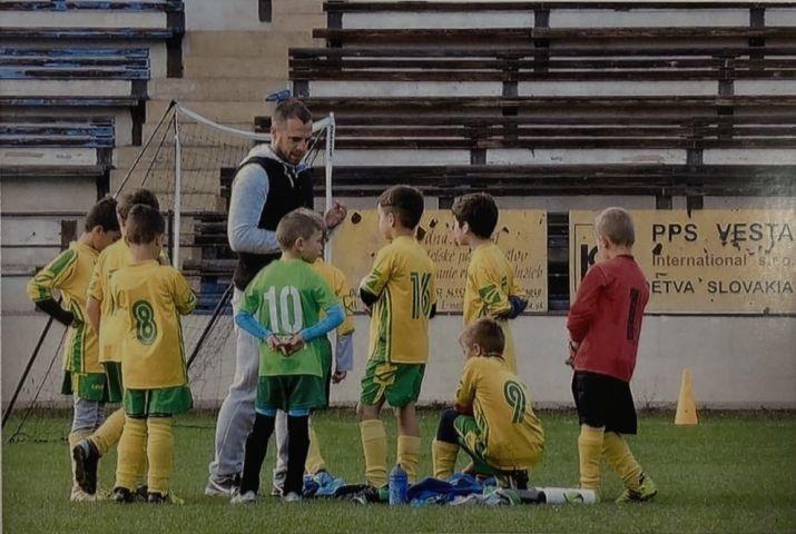 Zdeno Kamas s malymi futbalistami v Detve